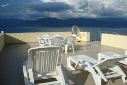 Терраса. Черногория, Крашичи : Вилла в 100 метрах от пляжа, 3 спальни, 3 кухни, 3 ванные комнаты, терраса с джакузи и шикарным видом на море, бассейн, детская площадка