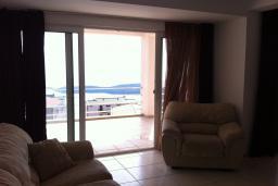 Вид на море. Черногория, Приевор : Апартамент с гостиной, двумя спальнями и балконом с видом на море