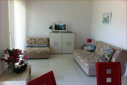 Гостиная. Черногория, Столив : Апартамент в 150 метрах от пляжа, с гостиной, отдельной спальней и балконом