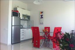 Кухня. Черногория, Столив : Апартамент в 150 метрах от пляжа, с гостиной, отдельной спальней и балконом