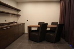 Кухня. Черногория, Будва : Семейный апартамент