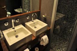 Ванная комната. Черногория, Будва : Семейная вилла