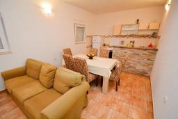 Гостиная. Черногория, Обала Джурашевича : Апартамент возле пляжа с террасой и видом на море, гостиная, две отдельные спальни