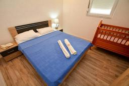 Спальня. Черногория, Обала Джурашевича : Апартамент возле пляжа с террасой и видом на море, гостиная, две отдельные спальни