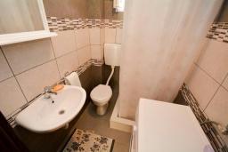 Ванная комната. Черногория, Обала Джурашевича : Апартамент возле пляжа с террасой и видом на море, гостиная, две отдельные спальни