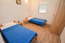 Спальня 2. Черногория, Обала Джурашевича : Апартамент возле пляжа с террасой и видом на море, гостиная, две отдельные спальни