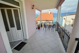 Балкон. Черногория, Обала Джурашевича : Апартамент возле пляжа с балконом и видом на море, гостиная и отдельная спальня