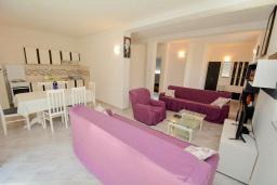 Гостиная. Черногория, Обала Джурашевича : Апартамент возле пляжа с балконом и видом на море, гостиная и отдельная спальня
