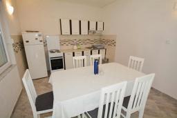 Кухня. Черногория, Обала Джурашевича : Апартамент возле пляжа с балконом и видом на море, гостиная и отдельная спальня