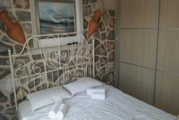 Спальня. Черногория, Рафаиловичи : Апартамент с отдельной спальней на берегу Рафаиловичей