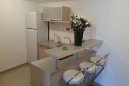 Кухня. Черногория, Рафаиловичи : Апартамент с отдельной спальней на берегу Рафаиловичей