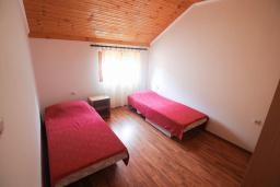 Спальня. Черногория, Герцег-Нови : Двухэтажный дом в Герцег-Нови (Ратишевина) с 2-мя отдельными спальнями, гостиной, кухней, 2-мя ванными комнатами, терраса, место для автомобиля, место для барбекю, бассейн на два дома