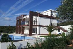 Фасад дома. Черногория, Кримовица : Трехэтажная вилла с бассейном и шикарным видом на море, большая гостиная, 4 спальни, 3 ванные комнаты, место для парковки, Wi-Fi