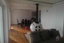 Гостиная. Черногория, Кримовица : Трехэтажная вилла с бассейном и шикарным видом на море, большая гостиная, 4 спальни, 3 ванные комнаты, место для парковки, Wi-Fi