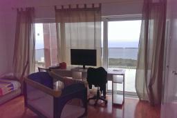 Спальня. Черногория, Кримовица : Трехэтажная вилла с бассейном и шикарным видом на море, большая гостиная, 4 спальни, 3 ванные комнаты, место для парковки, Wi-Fi