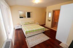 Спальня. Черногория, Игало : Шикарный двухуровневый пентхаус для 6-7 человек, с большой гостиной, с 3-мя отдельными спальнями, с 3-мя ванными комнатами, с большим балконом с видом на море, 30 метров до пляжа