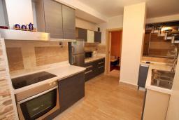 Кухня. Черногория, Игало : Шикарный двухуровневый пентхаус для 6-7 человек, с большой гостиной, с 3-мя отдельными спальнями, с 3-мя ванными комнатами, с большим балконом с видом на море, 30 метров до пляжа