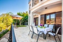 Терраса. Черногория, Будва : Вилла с большой гостиной, 9 спален, 5 ванных комнат, гараж, Wi-Fi