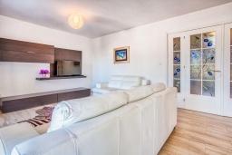 Гостиная. Черногория, Будва : Вилла с большой гостиной, 9 спален, 5 ванных комнат, гараж, Wi-Fi