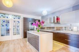 Кухня. Черногория, Будва : Вилла с большой гостиной, 9 спален, 5 ванных комнат, гараж, Wi-Fi