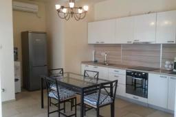 Кухня. Черногория, Бигова : Двухэтажная вилла с гостиной, 4-мя спальнями, 2-мя ванными комнатами, общий бассейн, место для барбекю, парковка, Wi-Fi