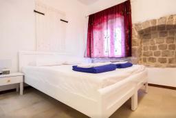 Спальня. Черногория, Росе : Каменный дом с бассейном и двориком, 3 гостиные, 5 спален, 5 ванных комнат, барбекю, парковка, Wi-Fi