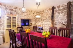 Обеденная зона. Черногория, Росе : Каменный дом с бассейном и двориком, 3 гостиные, 5 спален, 5 ванных комнат, барбекю, парковка, Wi-Fi