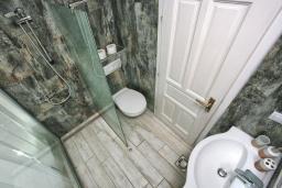 Ванная комната. Черногория, Росе : Каменный дом с бассейном и двориком, 3 гостиные, 5 спален, 5 ванных комнат, барбекю, парковка, Wi-Fi