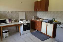 Кухня. Черногория, Биела : Двухэтажный дом в 70 метрах от пляжа, гостиная, 4 спальни, 3 ванные комнаты, зеленый дворик, парковка
