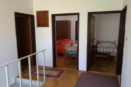 Коридор. Черногория, Биела : Двухэтажный дом в 70 метрах от пляжа, гостиная, 4 спальни, 3 ванные комнаты, зеленый дворик, парковка
