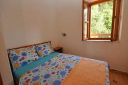 Спальня 3. Черногория, Крашичи : Каменный дом на берегу с шикарным видом на море, 3 гостиные, 4 спальни, 4 ванные комнаты, большая терраса