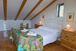 Спальня 2. Черногория, Герцег-Нови : Вилла с шикарным видом на море, 2 гостиные, 5 спален, 3 ванные комнаты, дворик с местом для барбекю