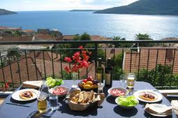 Вид на море. Черногория, Герцег-Нови : Вилла с шикарным видом на море, 2 гостиные, 5 спален, 3 ванные комнаты, дворик с местом для барбекю