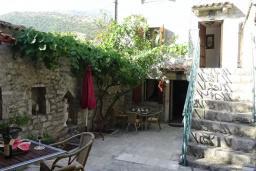 Терраса. Черногория, Рафаиловичи : Каменный дом в 100 метрах от моря, 4 спальни, 3 ванные комнаты, большая терраса