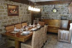 Обеденная зона. Черногория, Рафаиловичи : Каменный дом в 100 метрах от моря, 4 спальни, 3 ванные комнаты, большая терраса