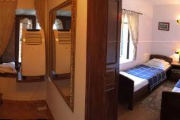 Спальня 2. Черногория, Рафаиловичи : Каменный дом в 100 метрах от моря, 4 спальни, 3 ванные комнаты, большая терраса