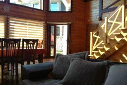 Гостиная. Черногория, Сутоморе : Вилла с бассейном, большая гостиная, 5 спален, 4 ванные комнаты, место для барбекю, Wi-Fi