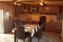 Кухня. Черногория, Сутоморе : Вилла с бассейном, большая гостиная, 5 спален, 4 ванные комнаты, место для барбекю, Wi-Fi