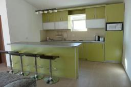 Кухня. Черногория, Сутоморе : Вилла с двумя гостиными-кухнями, 4 спальни, 2 ванные комнаты, парковка, место для барбекю