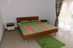 Спальня. Черногория, Сутоморе : Вилла с двумя гостиными-кухнями, 4 спальни, 2 ванные комнаты, парковка, место для барбекю