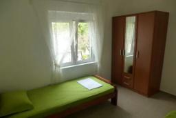 Спальня 2. Черногория, Сутоморе : Вилла с двумя гостиными-кухнями, 4 спальни, 2 ванные комнаты, парковка, место для барбекю