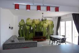 Гостиная. Черногория, Сутоморе : Вилла с двумя гостиными-кухнями, 4 спальни, 2 ванные комнаты, парковка, место для барбекю