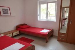 Спальня 4. Черногория, Сутоморе : Вилла с двумя гостиными-кухнями, 4 спальни, 2 ванные комнаты, парковка, место для барбекю