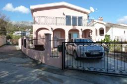Фасад дома. Черногория, Сутоморе : Вилла с двумя гостиными-кухнями, 4 спальни, 2 ванные комнаты, парковка, место для барбекю