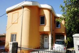 Фасад дома. Черногория, Шушань : Дом с видом на море, 4 спальни, 2 ванные комнаты, 2 террасы, парковка, место для барбекю