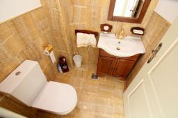 Туалет. Черногория, Шушань : Шикарная вилла с 5 спальнями и видом на море, с садом, местом для барбекю, приватной парковкой, Wi-Fi