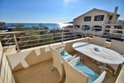 Балкон. Черногория, Рафаиловичи : Апартамент в 50 метрах от пляжа, с гостиной, отдельной спальней и балконом с видом на море