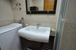 Ванная комната. Черногория, Рафаиловичи : Апартамент в 50 метрах от пляжа, с гостиной, отдельной спальней и балконом с видом на море