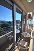 Балкон. Черногория, Рафаиловичи : Апартамент в 50 метрах от пляжа, с гостиной, отдельной спальней и балконом