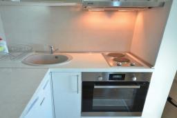 Кухня. Черногория, Рафаиловичи : Апартамент в 50 метрах от пляжа, с гостиной, отдельной спальней и балконом с видом на море